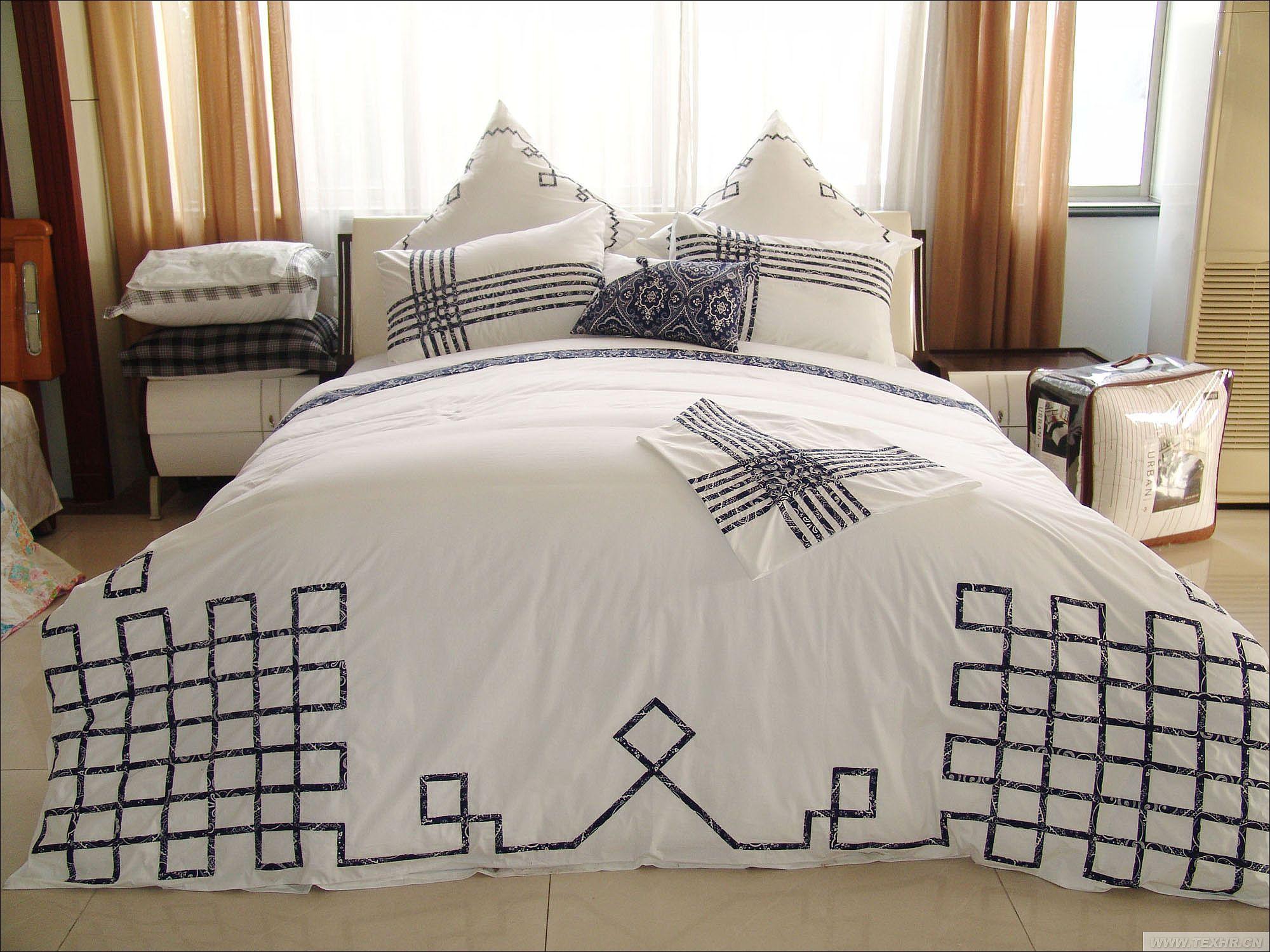 设计灵感来源于青花瓷,运用古典的色彩在配以编制交错的线条,给人清新之感。