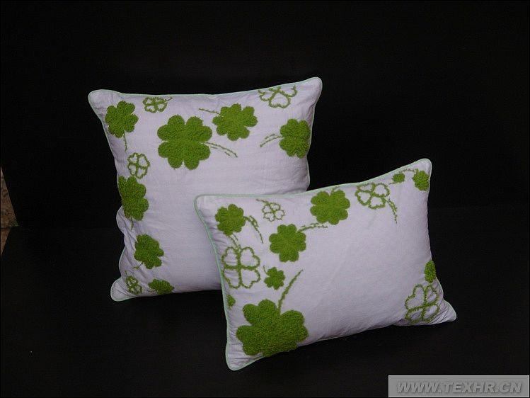 四叶草代表幸福。利用手绣工艺。 花材质是珊瑚绒线。