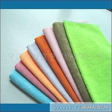 超细纤维具有微细粉末般手感,柔软性和干燥度很好,具有良好的垂直性和优良的分裂性,可普遍运用于服装、清洁、擦拭等产品的生产加工。我工厂生产的涤锦复合超细纤维系列产品是一种非常细的纤维,且强度高而柔软,能有效的吸附和积聚污物,像有磁性一样。