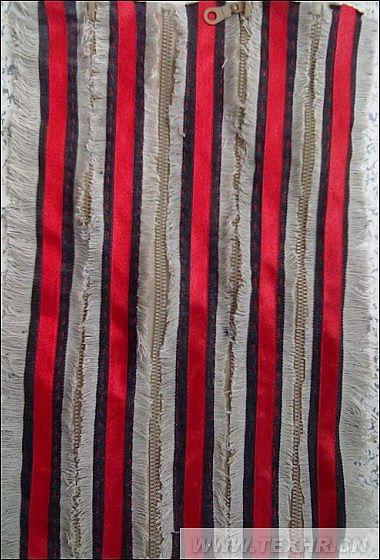 此设计是面料的二次再造,运用的是永远流行的牛仔面料与拉链和红丝带的结合,拉链与牛仔穿插缝合在一起,毛边是牛仔抽丝造成的丝毛面料的感觉,用红色的丝线,是给此设计增添一份绚丽的色彩,使面料更吸引人,此面料可运用于时装设计,绝对独特。