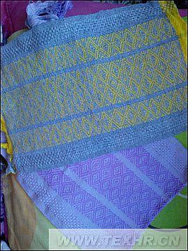 这款作品是有平纹和斜纹两种组织织成的条纹组织,是比较经典的款式设计,大方优雅,不同的配色就可以满足不同的客户需求。