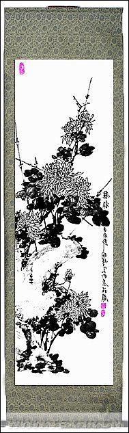 """本作品--水墨画在中国展现重要地位,并且当前高增长、高通胀的经济形式随着市场的不断成熟,同时中国画已经在全球拥有了一定知名度,给水墨画市场带来了很大的发展机遇,故将水墨画以织物的形式作为装饰织物投入国际市场。""""水墨・菊""""属于装饰织物,该织物利用组织的变化,展现出水墨画-菊花中墨的浓淡变化,织物的晕染,渐变效果,就像水墨画般细腻润泽,具有水墨画的""""气韵""""。该织物可装裱成卷轴或相框,放置于书房等地,增加环境清雅气息;也可以作为装饰家纺用品,制作成沙发、座垫、靠枕等。  (备注:本作品2013年09月  获  """"越隆杯""""第五届中国高校纺织品面料设计大赛                      于    家纺装饰用织物组   三等奖)"""